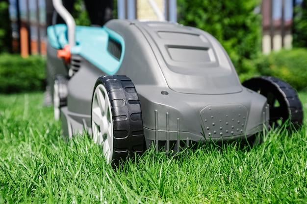 Corte de grama de verão no jardim com um cortador de grama