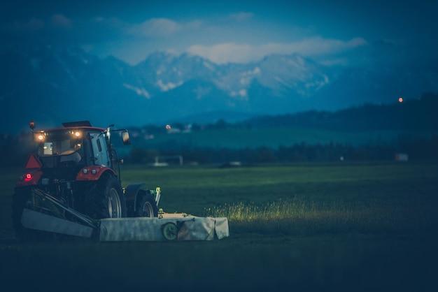 Corte de grama na fazenda