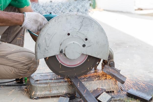 Corte de haste de aço por máquina em um dia no canteiro de obras