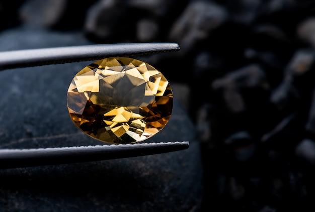 Corte de jóias de pedras preciosas de quartzo fumê.