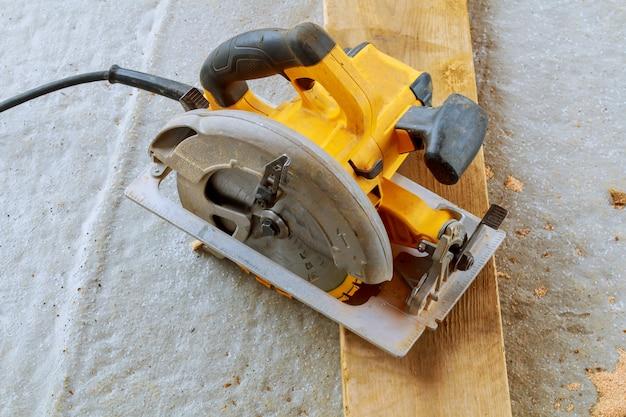 Corte de madeira com serra circular
