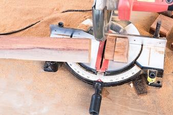 Corte de madeira com serra elétrica