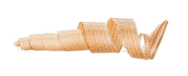 Corte de madeira encaracolado isolado no branco close up