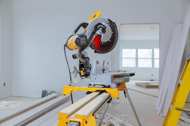 Corte de madeira na serra elétrica