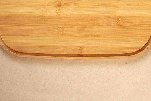 Corte de madeira ou tábua de cortar no fundo de papel ofício