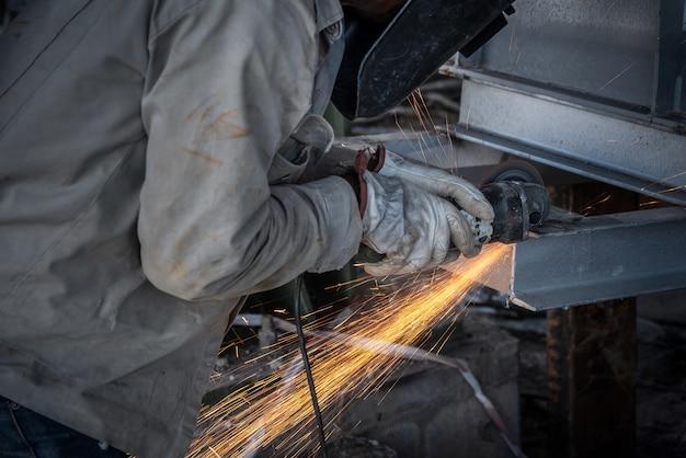 Corte de mão de obra de aço no canteiro de obras e faíscas por todo o lado