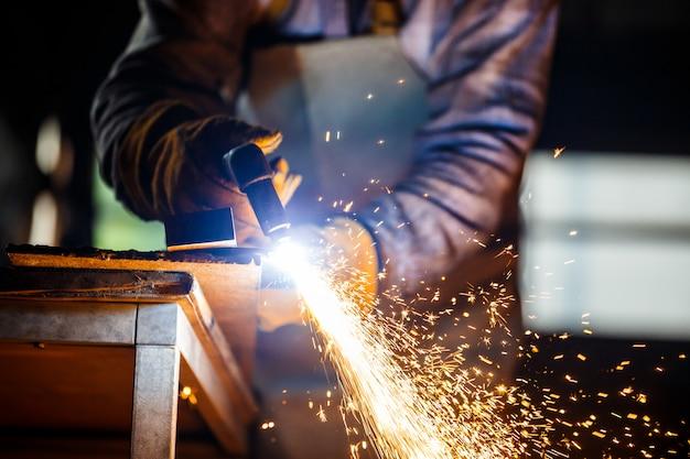 Corte de metal com equipamento a plasma