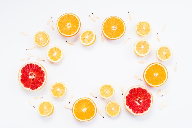 Corte, de, orgânica, frutas cítricas, com, pétalas