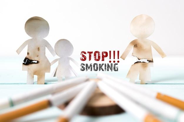 Corte de papel da família destruído por cigarros. drogas destruindo o conceito de família. pare de fumar para o resto da vida no conceito do dia mundial sem tabaco. dia mundial sem tabaco.