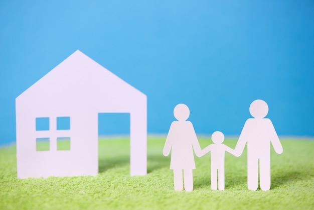 Corte de papel da família em fundo verde grama