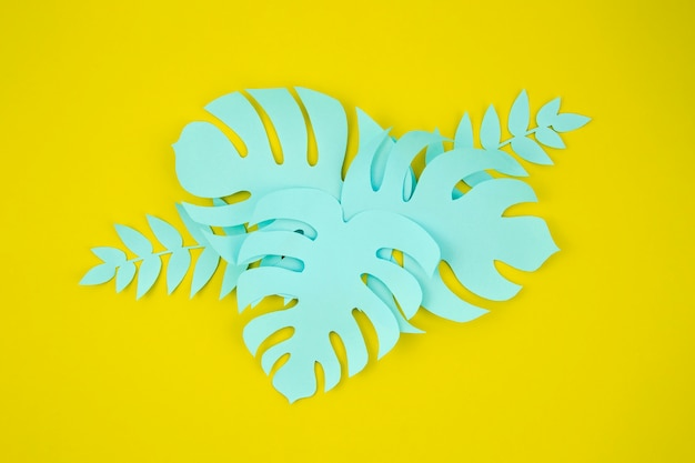 Corte de papel estilo de monstera folhas sobre fundo amarelo