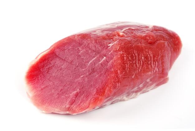 Corte de porco bruto close-up em branco. carne fresca.
