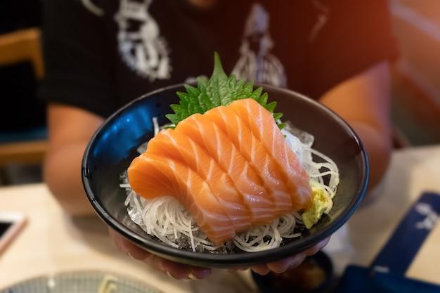 Corte de sashimi de salmão definido no estilo japonês.