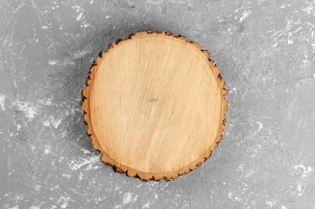 Corte de tronco de árvore redondo com anéis anuais no cimento
