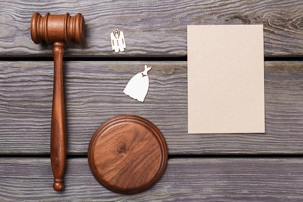 Corte e acessórios de casamento planos leigos. martelo de madeira de vista superior e papel em branco para espaço de cópia.