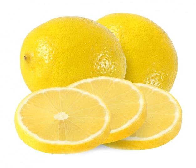 Corte e frutas de limão inteiro isoladas no fundo branco com traçado de recorte