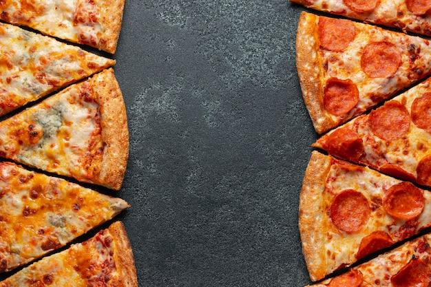 Corte em fatias deliciosa pizza fresca.