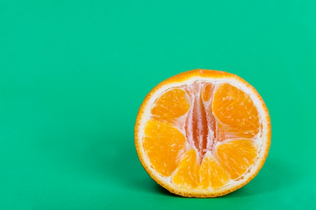 Corte em pedaços a suculenta e deliciosa tangerina de laranja