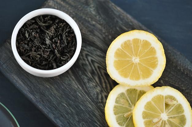 Corte em pedaços de limão e folhas de chá