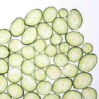 Corte fatias finas de pepino em um fundo branco transparente
