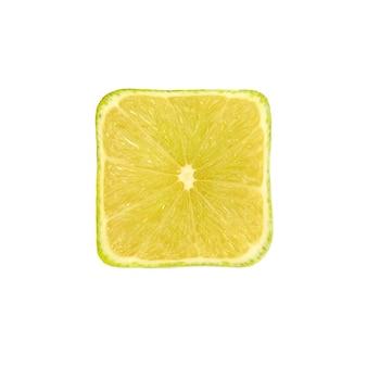 Corte frutas cítricas de limão verde em fundo branco