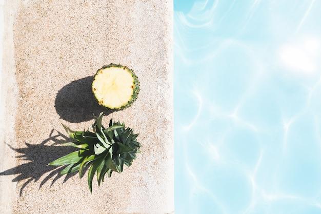 Corte o abacaxi na piscina.