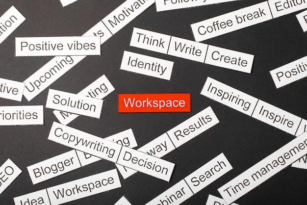 Corte o espaço de trabalho da inscrição em papel em um fundo vermelho, cercado por outras inscrições em um fundo escuro. conceito de nuvem de palavras.