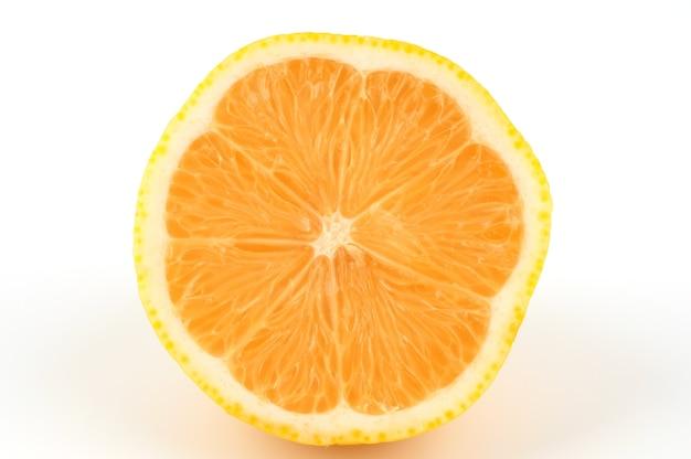 Corte o limão branco e amarelo sobre um fundo branco.