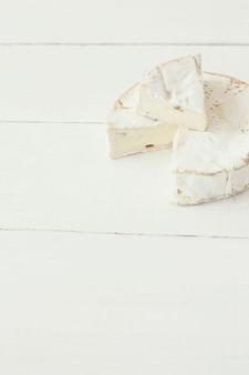 Corte o queijo camembert
