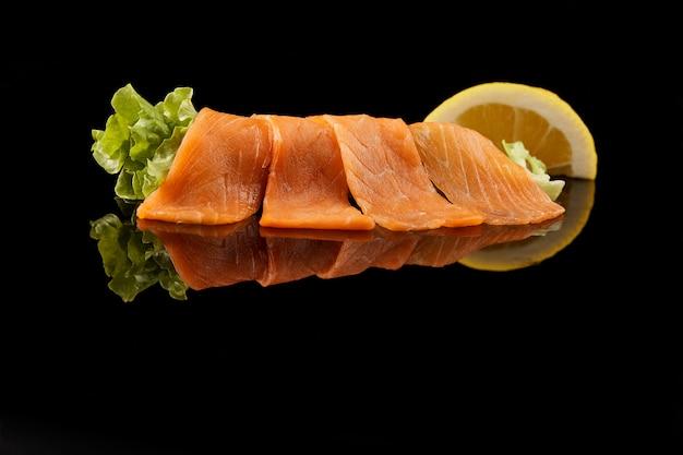 Corte o salmão fatiado