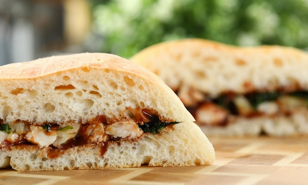 Corte o sanduíche de frango com ketchup