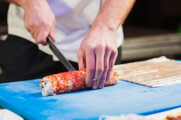 Corte o sushi em pedaços