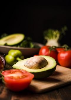 Corte o tomate e o abacate para a vista frontal da salada