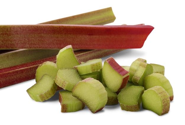 Corte os pedaços de ruibarbo (rheum rhaponticum) isolados no fundo branco. planta cultivada, que é consumida como fruta após o cozimento.