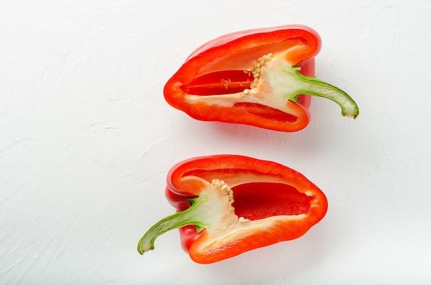 Corte os pimentões vermelhos em duas partes