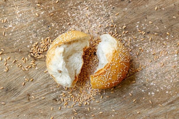 Corte pedaços de pão pão plano leigos