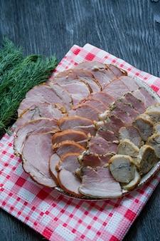 Corte salsichas e carne curada na mesa de férias