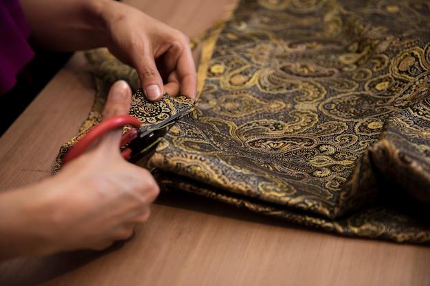 Corte tecido sob medida com tesoura