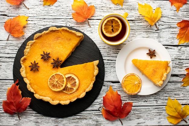 Corte torta de abóbora para comida de outono