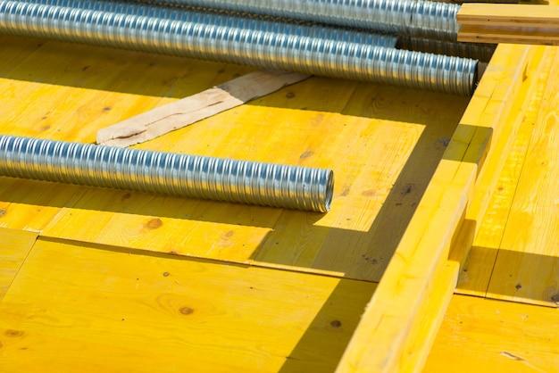 Corte um tubo de metal corrugado no canteiro de obras