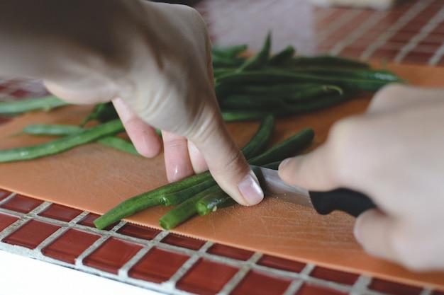 Corte vagens de feijão verde