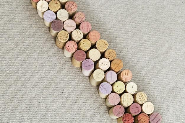 Cortiça usada do vinho no pano de linho com espaço da cópia.