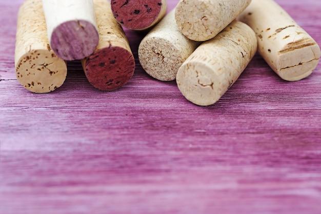 Cortiça velhas do vinho tinto na madeira natural.