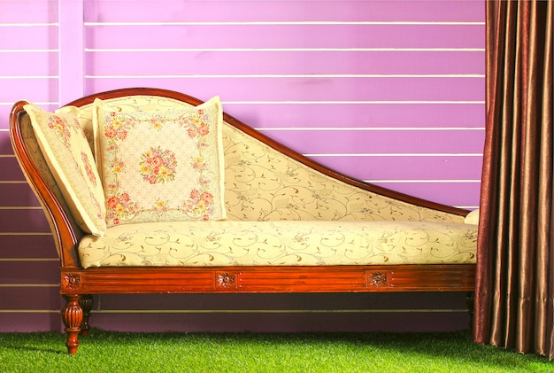 Cortina aberta e sofá vintage