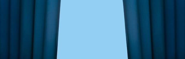 Cortina azul aberta, maquete panorâmica com espaço para texto