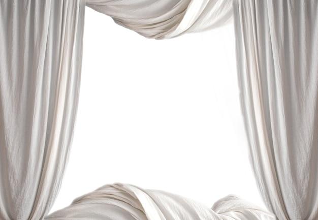 Cortina branca teatral de luxo com um espaço de cópia no meio isolado no fundo branco