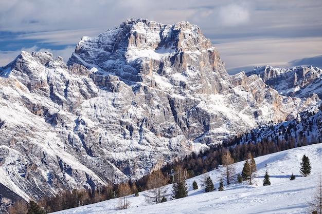 Cortina dampezzo estância de esqui montanhas cobertas de neve