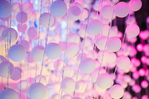 Cortina de bola de poliestireno branco e rosa no palco. fundo, conceito de pano de fundo.