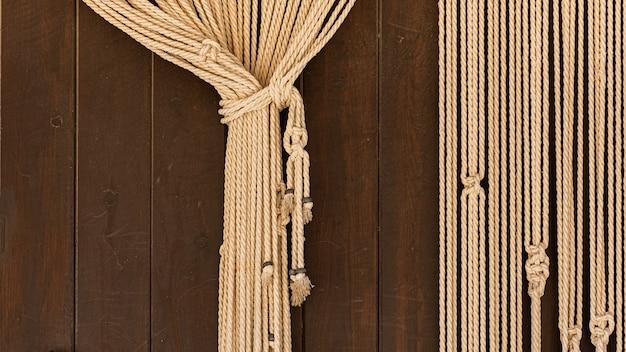 Cortina de fundo de corda franzida em porta de madeira rústica