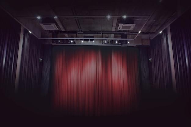 Cortina de palco vermelho em um pequeno teatro